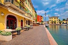 Взгляд гавани и шлюпок Lazise красочный стоковая фотография