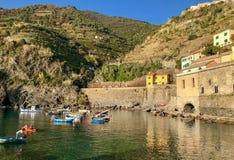 Взгляд гавани террасного горного склона обозревая Vernazza, Cinque стоковые фото