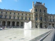 Взгляд главного двора Лувра в солнечном дне paris стоковые изображения