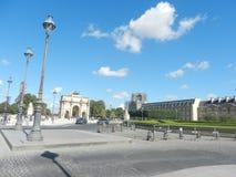 Взгляд главного двора Лувра в солнечном дне paris стоковые фотографии rf
