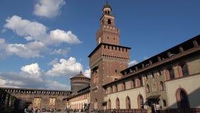 Взгляд главной башни замка Sforza от двора вооружения Милан, Италия акции видеоматериалы