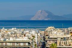 Взгляд главной улицы в греческом городке Патраса и моря с горами в расстоянии стоковая фотография rf