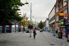 Взгляд главной улицы в Слау, с историческими зданиями, commerci стоковое фото