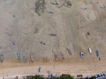 Взгляд глаза птицы вида с воздуха побережья пляжа моря и шлюпки стоковые фото