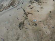 Взгляд глаза птицы вида с воздуха побережья пляжа моря и шлюпки стоковые изображения rf