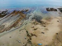 Взгляд глаза птицы вида с воздуха побережья пляжа моря и шлюпки стоковое фото