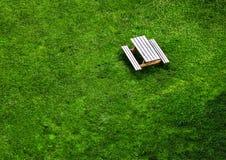 Взгляд глаза ` s птицы деревянной скамьи в парке Стоковые Фото