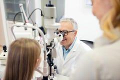 Взгляд глазного врача в особенном зрении прибора и проверки к ребенку стоковое фото