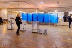 Взгляд голосований в урне для избирательных бюллетеней на станции голосования Избрание президента Украины стоковые изображения