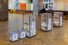 Взгляд голосований в урне для избирательных бюллетеней на станции голосования Избрание президента Украины Наблюдатели от различно стоковые фото