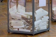 Взгляд голосований в урне для избирательных бюллетеней на станции голосования Избрание президента Украины стоковая фотография
