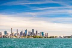 Взгляд горизонта города Сиднея от моря Стоковые Фото