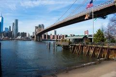 Взгляд горизонта Нью-Йорка и Бруклинского моста стоковое изображение rf