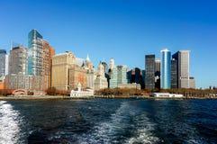 Взгляд горизонта Нью-Йорка от шлюпки к острову Ellis стоковые фото