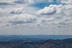 Взгляд горизонта с облаками и голубым небом стоковые изображения rf