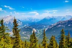 Взгляд горной цепи от горы серы в Banff, Альберте, может Стоковые Фотографии RF