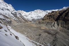 Взгляд горной цепи Annapurna от ABC, Pokhara, Непала Стоковое Фото