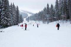 Взгляд горнолыжного склона и фуникулера на зимний день в лыже r стоковые фото