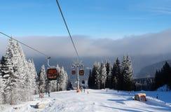 Взгляд горнолыжного склона, кабел-крана и облаков нижнего яруса в лыже Jasna стоковые изображения