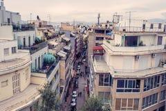 Взгляд города Афин с холмом Lycabettus на заднем плане взгляд города Афин с neighborhoo Plaka Стоковые Изображения RF