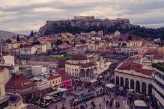Взгляд города Афин с холмом Lycabettus на заднем плане взгляд города Афин с neighborhoo Plaka Стоковые Фото