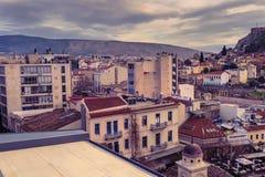 Взгляд города Афин с холмом Lycabettus на заднем плане взгляд города Афин с neighborhoo Plaka Стоковые Фотографии RF