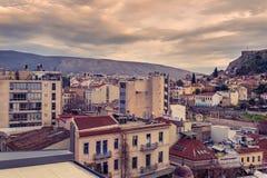 Взгляд города Афин с холмом Lycabettus на заднем плане взгляд города Афин с neighborhoo Plaka Стоковое Изображение