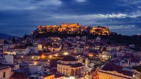 Взгляд города Афин с холмом Lycabettus на заднем плане взгляд города Афин с neighborhoo Plaka Стоковые Изображения