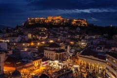 Взгляд города Афин с холмом Lycabettus на заднем плане взгляд города Афин с neighborhoo Plaka Стоковая Фотография RF