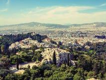 Взгляд города Афин с холмом Lycabettus на заднем плане взгляд города Афин с neighborhoo Plaka Стоковое Фото