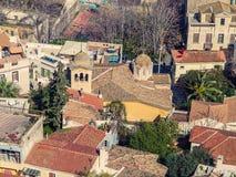 Взгляд города Афин с холмом Lycabettus на заднем плане взгляд города Афин с neighborhoo Plaka Стоковое фото RF