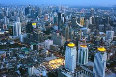 Взгляд города Бангкока, Таиланда после захода солнца стоковое изображение rf