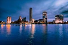 Взгляд города Екатеринбурга и реки Iset ночью стоковая фотография rf