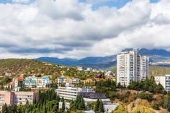 Взгляд города и гор на солнечный день стоковое изображение rf