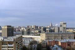 Взгляд города Москвы с государственным университетом Lomonosov Москвы стоковые фотографии rf