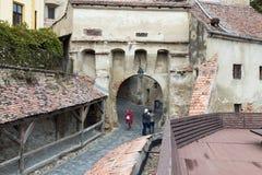 Взгляд города от крепостных стен старого города Sighisoara в Румынии Стоковые Фотографии RF