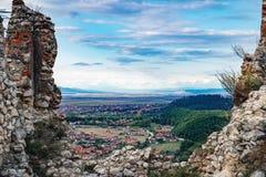 Взгляд города от цитадели, Румынии Rasnov стоковое фото rf