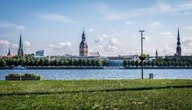 Взгляд города с различными шпилями церков стоковое фото
