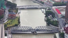 Взгляд города Шанхая с несколькими мостов распространяя над рекой, Шанхаем, Китаем сток-видео