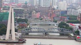 Взгляд города Шанхая с несколькими мостов распространяя над рекой, Шанхаем, Китаем видеоматериал