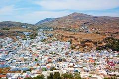 Взгляд города lindos около горы в Греции Стоковые Фотографии RF