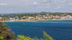Взгляд городка и гавани в заднем заливе, Trincomalee, Шри-Ланке, Азии стоковые изображения