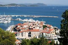 Взгляд городка и порта в Хорватии стоковая фотография