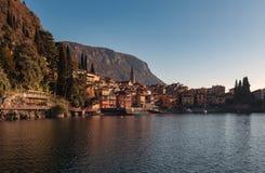Взгляд городка одного Varenna малых красивых городков на озере Como, Ломбардии, Италии Стоковые Фото