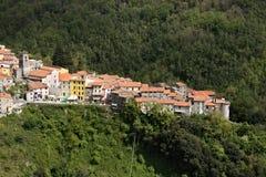 Взгляд городка Colonnata, известного для продукции шпика Стены домов в камне и белом мраморе Каррары Древесины стоковое изображение rf