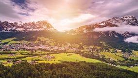 Взгляд городка Cortina d'Ampezzo панорамный с высокогорным зеленым landscap стоковые изображения rf