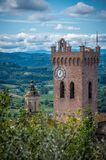 Взгляд городка San Miniato, колокольня собора San Miniato Duomo, Тосканы Италии Европы стоковая фотография