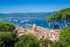Взгляд городка St Tropez старый и Марины яхты от крепости на холме стоковые изображения