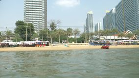 Взгляд городского азиатского пляжа, обваловка 4K Февраль 2018, Паттайя, пляж Jomtien взгляд от моря сток-видео