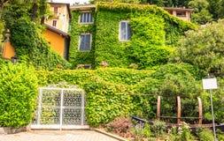 Взгляд городского пейзажа архитектурноакустический Varenna, одного из самых известных городков назначения на озере Como, Ломбарди стоковая фотография rf